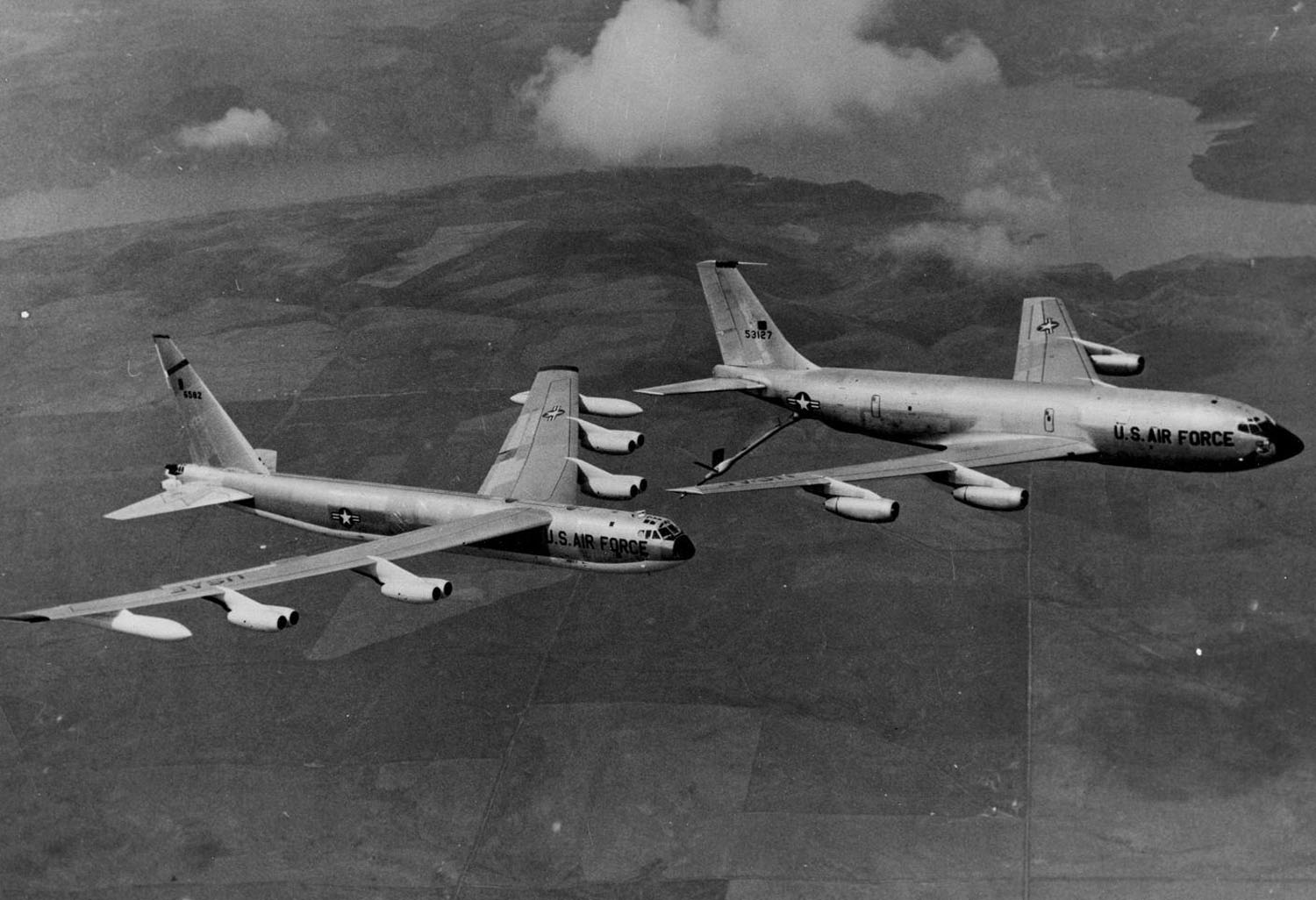 http://www.vr-24.org/SquadronScrapbook/B52_KC135.jpg